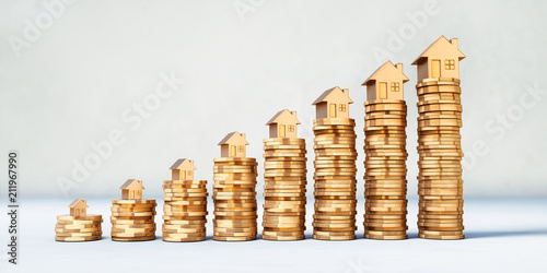 Obraz Münzstapel mit goldenen Modellhäusern - fototapety do salonu