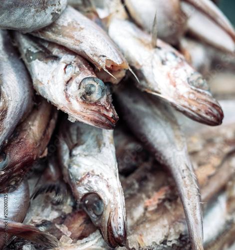 Valokuva rotten fish on the market.
