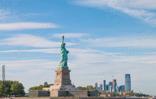Tuinposter Historisch mon. The statue of liberty in New York Harbor.