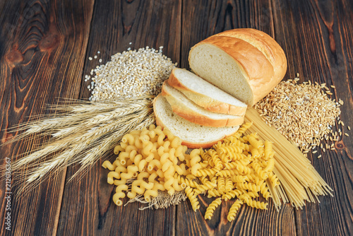 Fotografía  Foods high in carbohydrate on wooden background