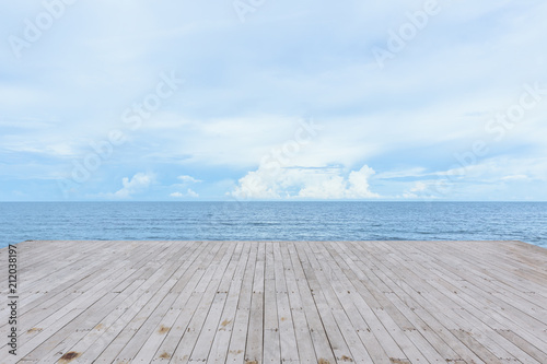 Fotografía  empty wood deck pier with sea ocean view background calm and tranquil