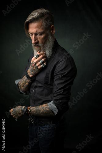 Photo Portrait eines attraktiven bärtigen Mannes mit verschränkten Armen