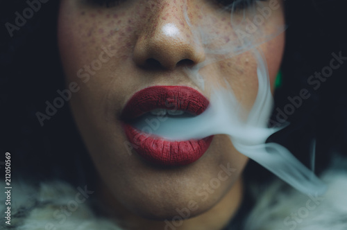 Poster Fumee Woman smoking, close up on smoke and mouth