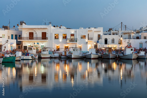 Foto op Plexiglas Poort Der Hafen von Naousa auf Paros am Abend mit seinen beleuchteten Tavernen und Bars, Kykladen, Griechenland
