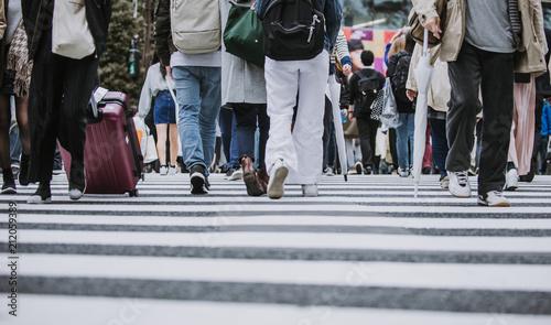 Mass of people crossing the street in Tokyo Fototapet