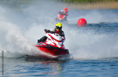 Montage in der Fensternische Motorisierter Wassersport Jet Ski Racers Moving at Speed Creating a lot of Spray
