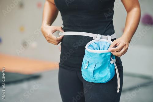Fotografiet  Crop female wearing sportswear standing in gym on blur background