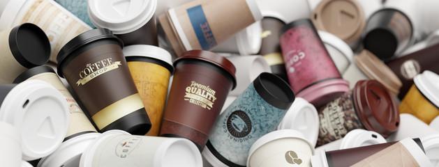 Viele verschiedene Kaffeebecher auf einem Haufen