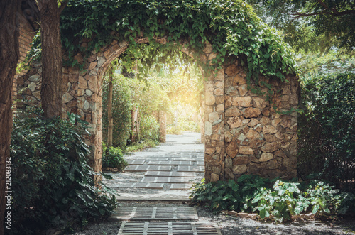 Photo sur Aluminium Jardin Stone arch entrance wall.