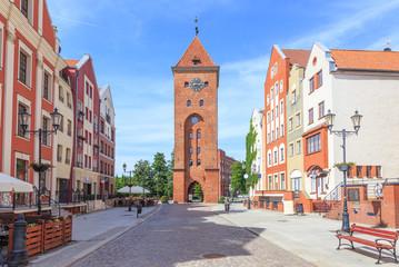 Elbląg (Elbląg) na polskim Pomorzu - Stary Rynek to centrum Starego Miasta z przebudowanymi kamienicami. Ulica jest zamknięta na końcu średniowiecznej Bramy Targowej (Brama Targowa)