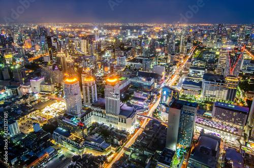 Poster Lieu connus d Asie BANGKOK, THAILAND - JUNE 21: Photo at night on Baiyoke Tower 2 is a beautiful Aerial view highway interchanged night view ,long exposure of Bangkok.