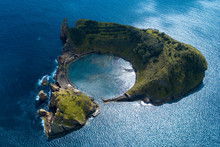 Island With Round Lagoon In Ce...