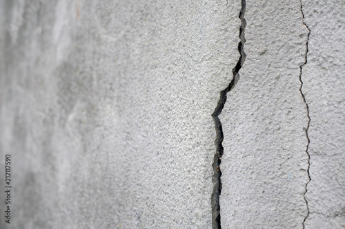 Fotografía  Old foundation and plaster wall with cracks