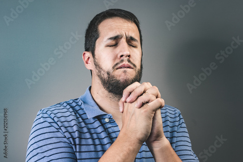 Fotografía  Portrait of man showing clasped hands, asking for help or excuse