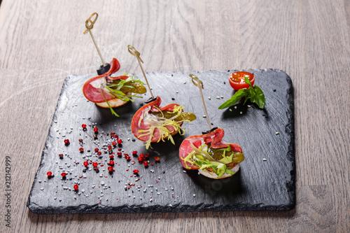 Fotografia Salami canape with cucumber