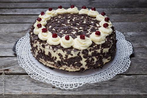 Fotografia, Obraz  Schwarzwälder Kirschtorte Torte auf grauem Holzuntergrund