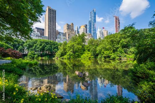 Fotografiet The Pond, in Central Park, Manhattan, New York City