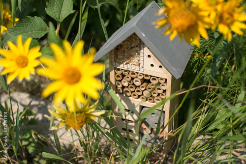 Photo green technology. insect hotel house in garden