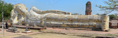 Foto op Aluminium Rudnes People praying in front of reclining Buddha at Ayutthaya, Thailand