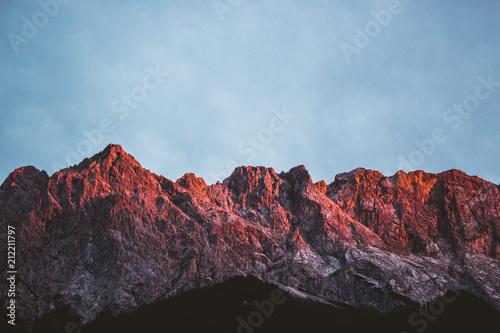 Spoed Foto op Canvas Violet Alpen in der Dämmerung