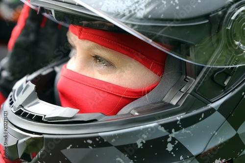 Rennfahrerin mit Helm und Sturmhaube