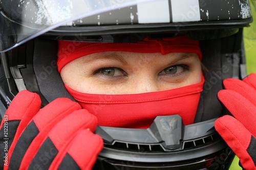 Fotobehang Motorsport Rennfahrerin mit Helm und Sturmhaube