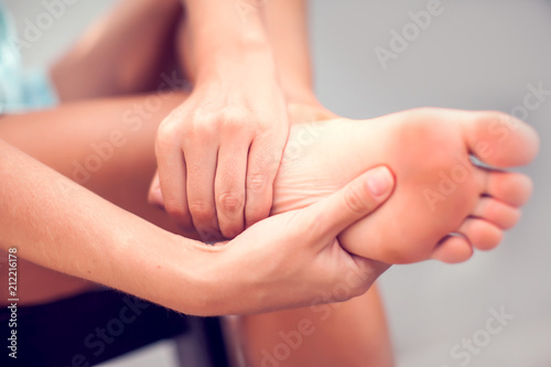Photo Woman hand holding foot with pain, health care and medical concept
