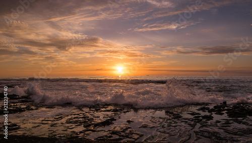 In de dag Ochtendgloren Powerful wave and sunrise at Newcastle beach Australia
