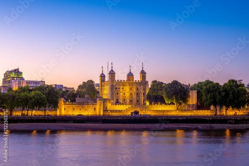 Cuadros en Lienzo tower of london at night in UK