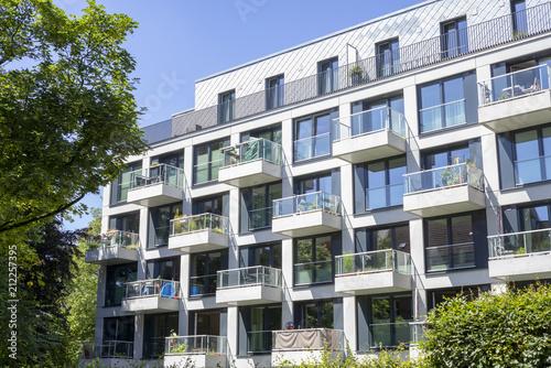 Obraz Fassade eines modernen Wohngebäudes in Hamburg, Deutschland - fototapety do salonu