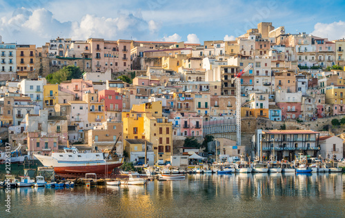Photo The colorful city of Sciacca overlooking its harbour