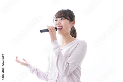 カラオケで歌う女性 - 212330390