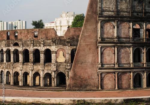 In de dag Miniature model of Colosseum or coliseum, amphitheatre in Rome, Italy