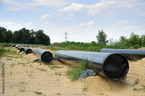 Valokuva  Budowa gazociągu na ziemi, układanie i łączenie stalowych rur.