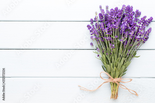 Staande foto Lavendel Lavender flowers, bouquet on rustic background, overhead.