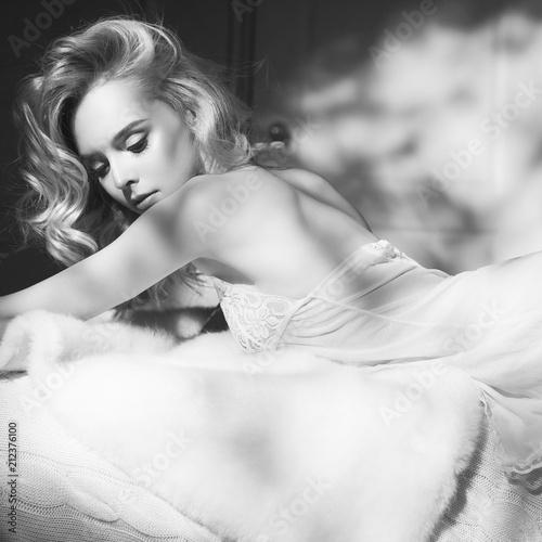 Küchenrückwand aus Glas mit Foto womenART Sensual blonde in her boudoir