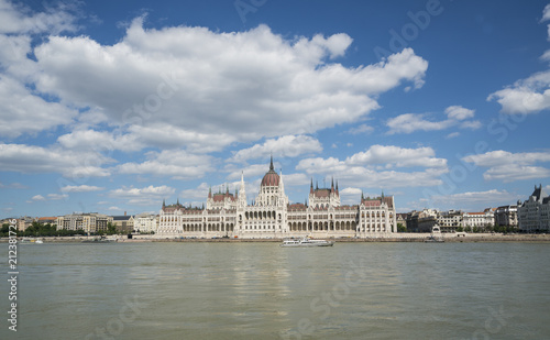 Fotografia  the parliament building in front of the Danube river in Budapest, Hungary