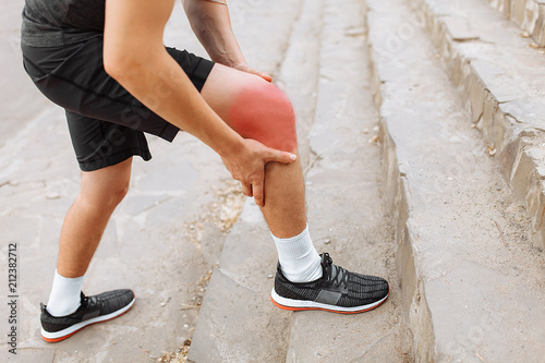Fotografia pain in the leg while running, pain in the knee and joints, morning run