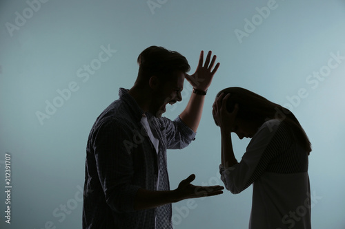 Photo Silhouette of couple having argument on color background