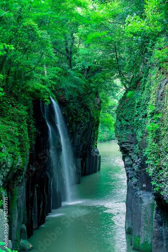 新緑の真名井の滝(宮崎県、高千穂、遠景、右前景入れ) © blackrabbit3