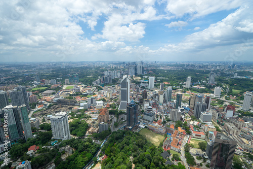 Tuinposter Kuala Lumpur KLタワーのスカイデッキから見るクアラルンプールの都市風景