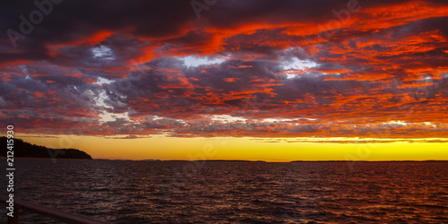 In de dag Ochtendgloren A brilliant Red, Crimson, sunrise seascape,