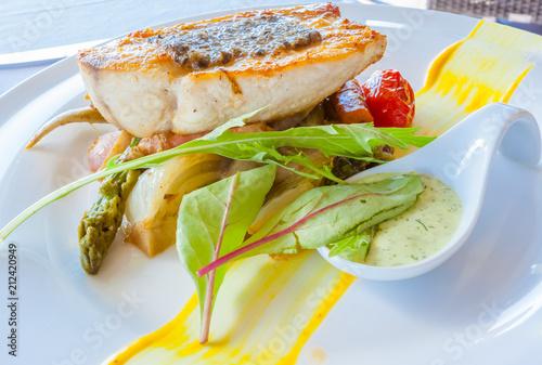 Papiers peints Londres pavé de poisson sur lit de légumes