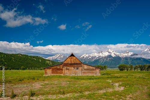 Foto op Canvas Verenigde Staten Old barn in Grand Teton Mountains