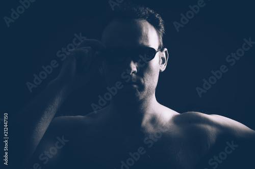 Fotografie, Obraz  Homme viril et lunettes noires