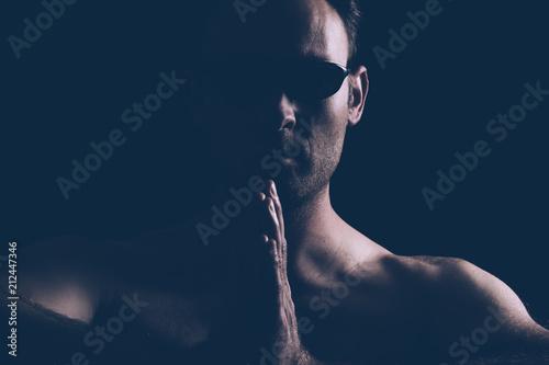 Obraz na plátne Homme viril et lunettes noires