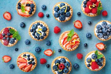 Šarene tartlete od bobica ili torta za kuhinjski uzorak. Slastičarska slastica odozgo.