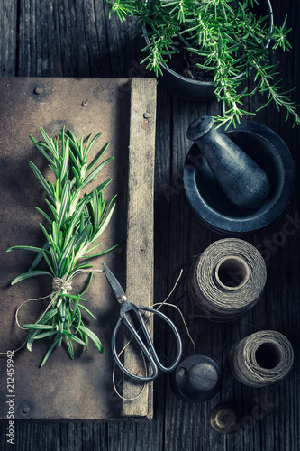 Keuken foto achterwand Aromatische Top view of green rosemary on rustic wooden box