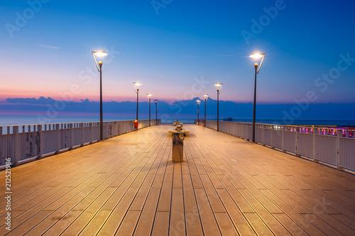 Photographie  Concrete pier in Kolobrzeg, Poland. Long exposure shot at night