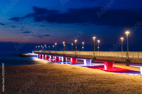 Fotografía Concrete pier in Kolobrzeg, Poland. Long exposure shot at night